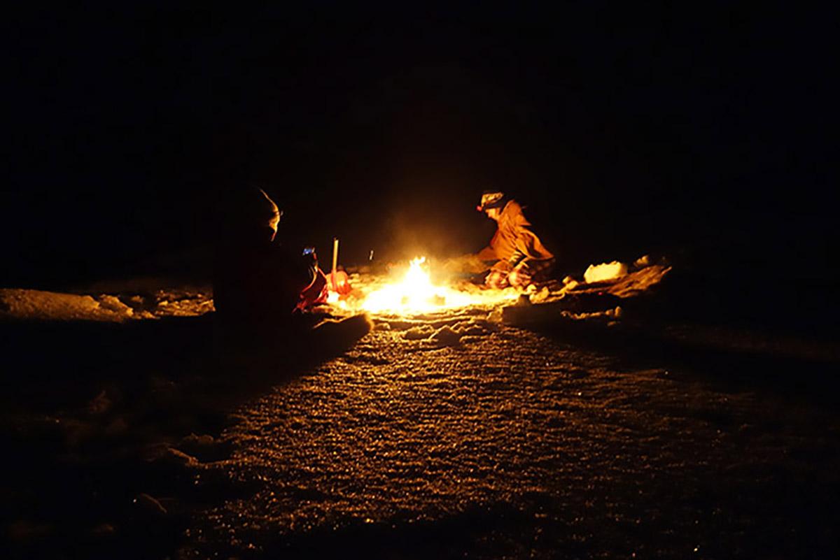 ノルウェーの旅、夜の雪原で焚火