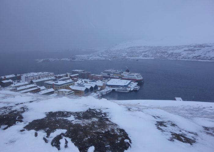 HAMMERFEST市街を一望するサーレン山(Salen) hurtigruten  フッティルーテン、個人旅行で北極圏の旅 ノルウェー