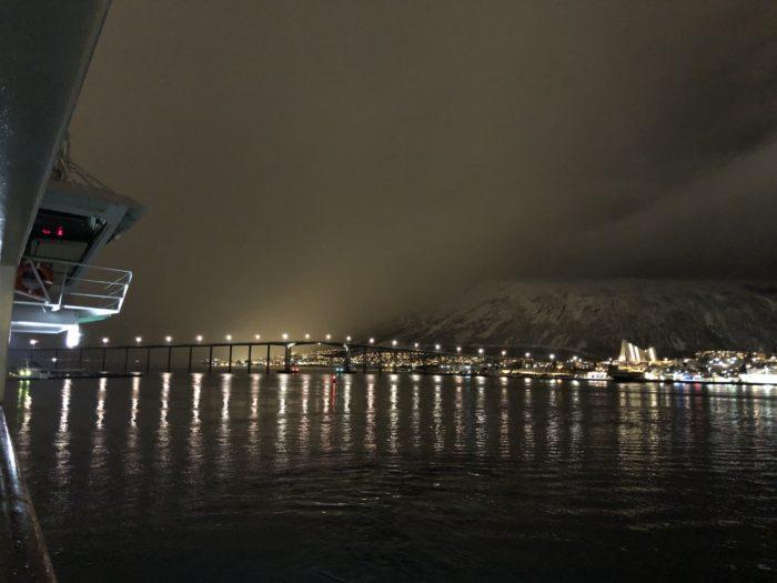 トロムソの港とトロムスダーレン教会 hurtigruten  フッティルーテン、個人旅行で北極圏の旅 ノルウェー